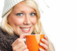Frau hält Teetasse