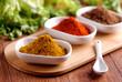 curry ed altre spezie sul tavolo di legno