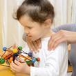 Physiotherapie mit kleinem Mädchen