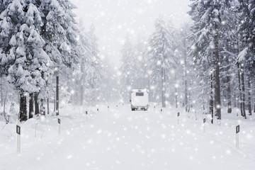 Wohnmobil auf Schneefahrbahn