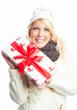 Frau hält Weihnachtsgeschenk