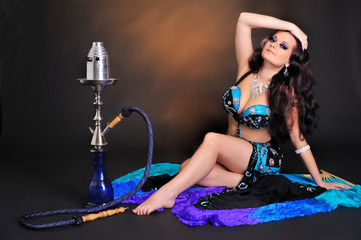 Auf dem Boden sitzende orientalische Tänzerin