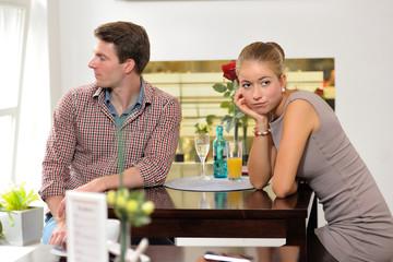 Junges Paar streitet im Restaurant