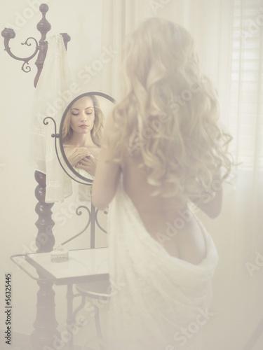Leinwanddruck Bild Seductive woman in the mirror