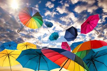 Herbsttag: windig und wolkig mit vielen bunten Regenschirmen