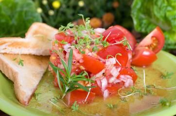 Tomatensalat an Toastbrot