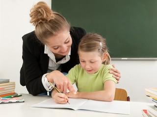 Lehrerin hilft bei Schulaufgaben