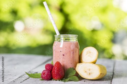 Smoothie mit Banane, Himbeere und Erdbeere - 56354007