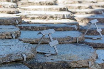 Ganci fermaneve su tetto in pietra