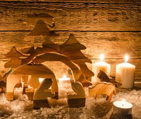 Frohe Weihnachten: Holzkrippe mit Kerzenlicht