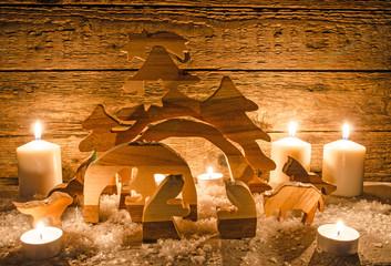 Frohe Weihnachten: Rustikale Weihnachtskrippe mit Kerzenlicht