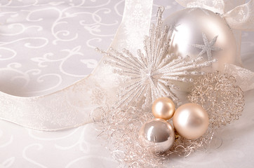 Silberne Weihnachtsdeko mit Schleife