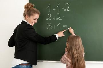 Schülerin lernt Rechnen im Unterricht