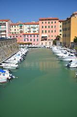 Malowniczy widok łodzi w kanale miejskim w Livorno, Włochy