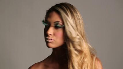 Beauty con ciglia finte con piume verdi