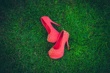 розовые туфли на траве