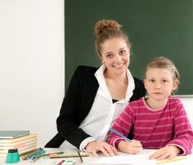 Lehrerin und Schülerin im Schulunterricht