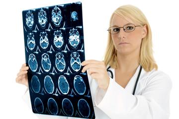Ärztin mit Aufnahme aus CT / MRT