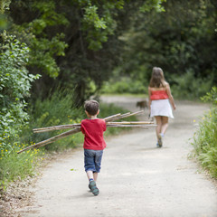 2 enfants en promenade