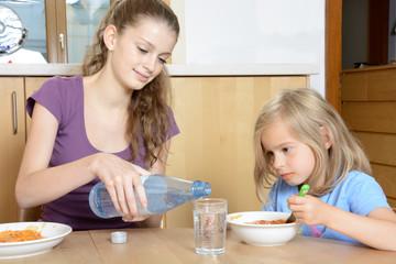 Babysitter serviert Essen