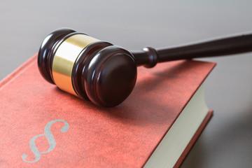 Richterhammer und Gesetzbuch