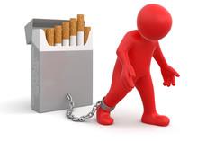 Paczka papierosów i mężczyzna (clipping path)