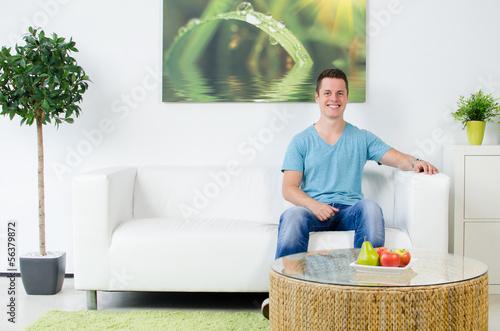 junger mann im wohnzimmer