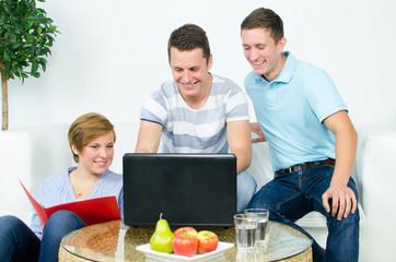 drei studenten beim lernen