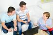 drei studenten diskutieren