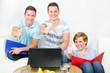 drei studenten zeigen ihren daumen
