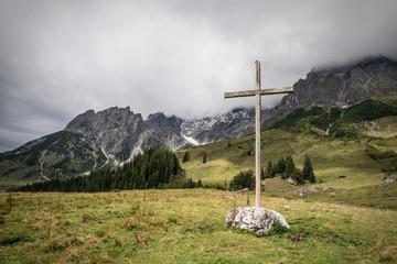 Holzkreuz in den Alpen