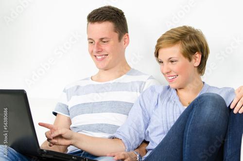 junges paar beim onlineshopping