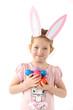 Mädchen mit Hasenohren und Ostereiern