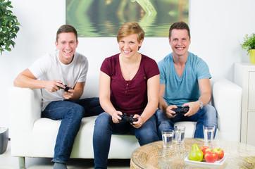 drei freunde spielen computer