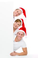weihnachtliche gruppe jugendlicher mit werbeschild