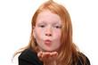 Mädchen haucht einen Kuss