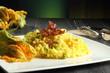 risotto con fiori di zucchino tavolo grigio sfondo verde