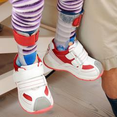 Kleines Kind trägt Orthesen
