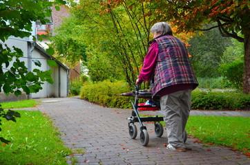 Frau alt mit Rollator