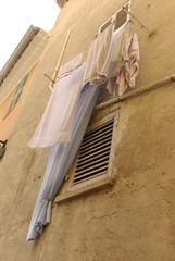 Wäsche am Fenster trocknen