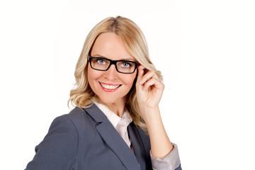 Hübsche blonde junge Frau mit Brille