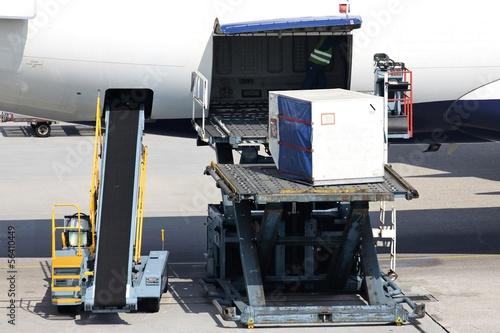 Plexiglas Vliegtuig Verladung eines Frachtcontainers in den Unterflurbereich eines Passagierflugzeugs