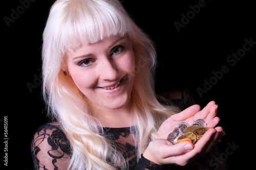 Junge Frau mit Gold- und Silbermünzen