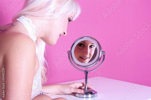 Junge Frau mit Schminkspiegel
