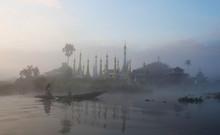Pa-O tribu gens flottant dans un bateau en bois sur le lac Inle, Myanmar