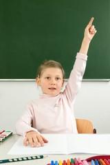 Schülerin meldet sich im Unterricht