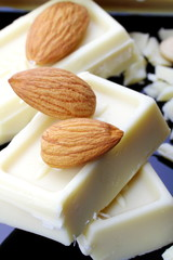 Cioccolato bianco con mandorle