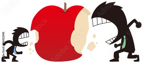 リンゴをかじるビジネスマン