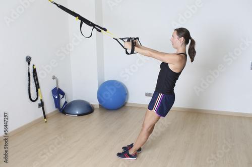 Frau beim TRX training