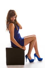 jeune femme brune en studio blanc